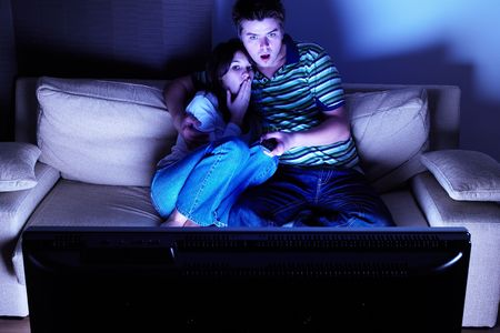 pareja viendo tv: Pares en el sof� que ve la TV - dada una sacudida el�ctrica