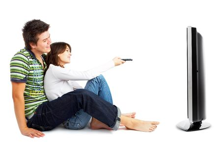 pareja viendo tv: La pareja viendo la televisi�n - la vista frontal - aislados en blanco