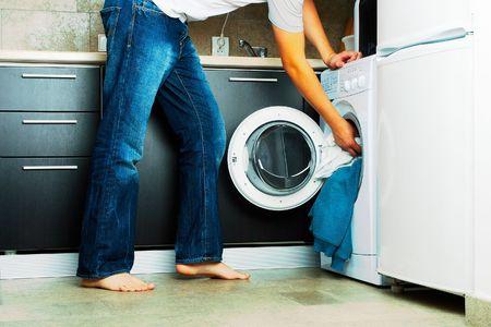 lavadora de ropa: Concepto de hombre poner su ropa en la lavadora