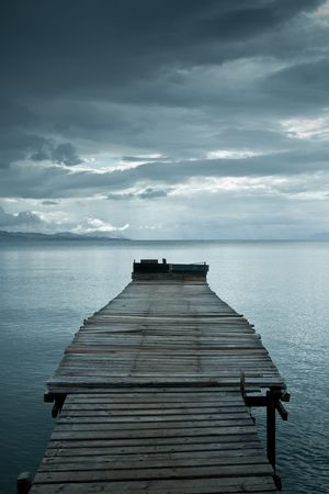 perspectiva lineal: Jetty antes de las nubes de tormenta espectacular