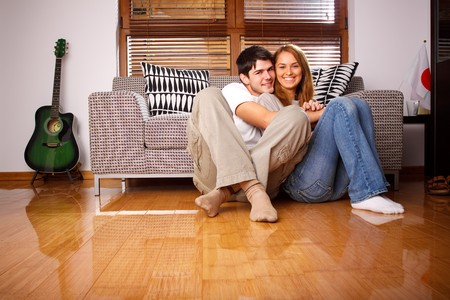 Happy young couple having fun on the sofa Banque d'images