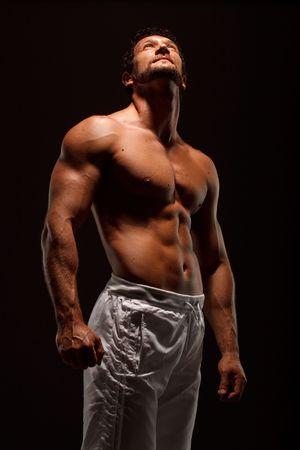 hombres musculosos: Dram�tica imagen de un bello esculpido fisicoculturista Foto de archivo