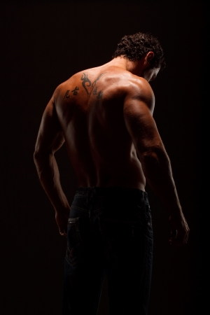 Dramatische beeld van een prachtig gebeeldhouwd bodybuilder