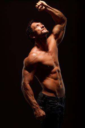sculpted: Dramatische beeld van een prachtig gebeeldhouwd bodybuilder Stockfoto