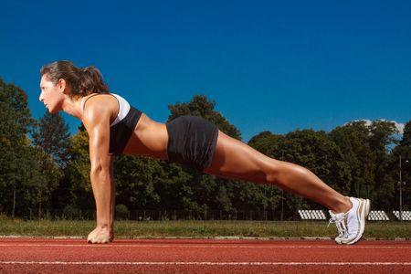 La mujer Athletic de trabajo a la pista