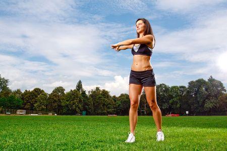 Athletic mujer trabajando en el campo Foto de archivo - 5443049