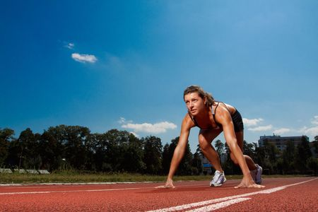 startpunt: Athletic vrouw op de rails begint te lopen Stockfoto
