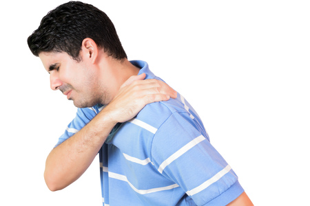 어깨에 심한 통증을 가진 히스패닉 남자는 흰색에 고립