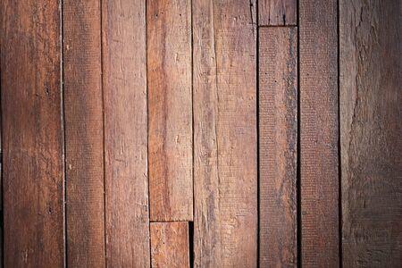 La fachada de la casa de pueblo está derribada de los restos de trozos de madera de tablero marrón.Textura o fondo Foto de archivo