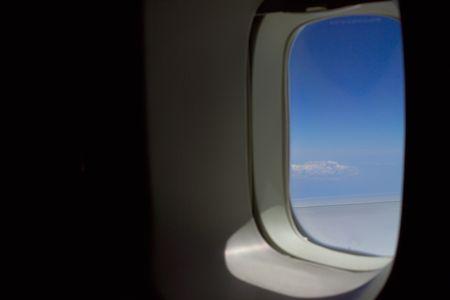 飛行機の窓の空