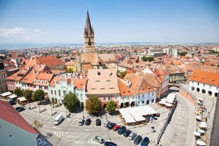 Historische Architektur lutherischen Kathedrale Kirche und Turm und andere alte Gebäude rund um Piata Mica Kleines Quadrat in Sibiu, Rumänien Standard-Bild - 17920463