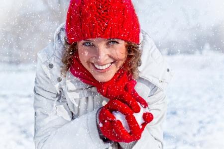 palle di neve: Felice giovane donna che gioca valanga lotta sul concetto giornata invernale di neve