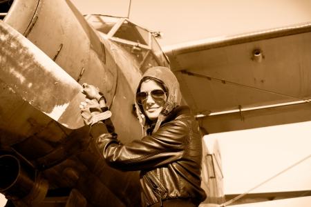 pilotos aviadores: Retrato de mujer piloto de avión con hélice Foto de archivo