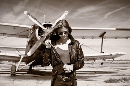 Schöne Mädchen in schwarzen Jacke, mit Flugzeugen hinter Standard-Bild - 17861449