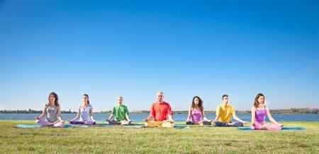 mujer meditando: Grupo de gente joven tiene la meditaci�n en concepto Yoga yoga clase