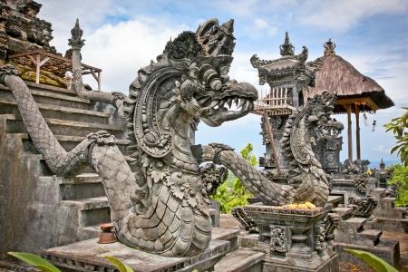 Drache Monster sichern den Eingang des Pura Padmasana Puja Mandala-Tempel. Nusa Dua, Bali. Indonesien Standard-Bild - 19158995