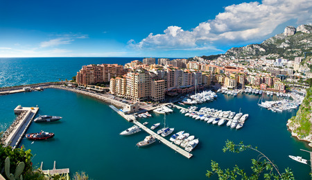 Landschap: Panoramisch uitzicht van de haven van Monte Carlo in Monaco. Azur kust.