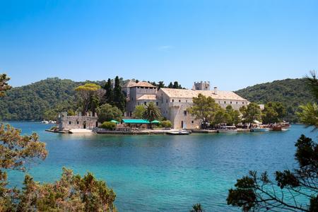 St. Marija-Kloster auf kleiner Insel im Nationalpark Mljet, Kroatien Standard-Bild - 97421388
