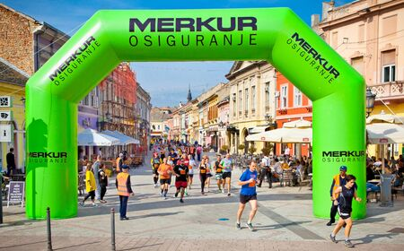NOVI SAD, SERBIA - OCTOBER 13: Unidentified runners on the street during Novi Sad autumn Marathon on October 13, 2013 in Novi Sad, Serbia Banco de Imagens - 138403929
