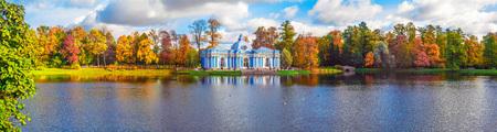 Autumn landscape with view over a large pond, garden pavilion Фото со стока - 87592786