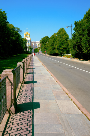 Direct fenced sidewalk and the road towards the Catherine Palace on a Sunny summer morning Archivio Fotografico