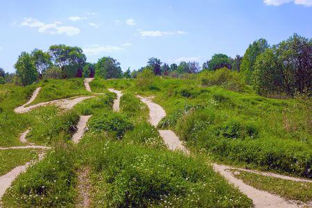 Veel sporen van verschillende richtingen op groene heuvels Stockfoto