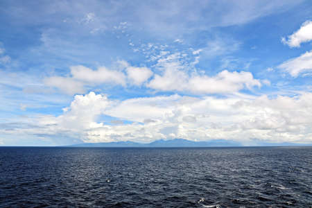 Seascape, blue sky, clouds and sea in the tropical waters of the Pacific Ocean. Banque d'images