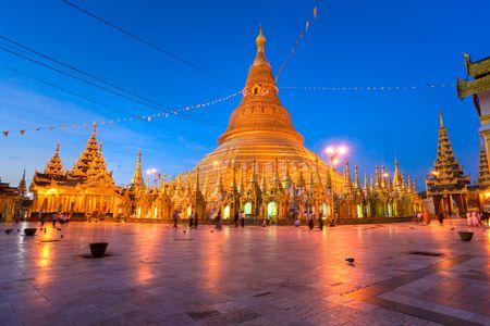 birma: Shwedagon Paya bij avond schemering, Yangoon, Myanmar.