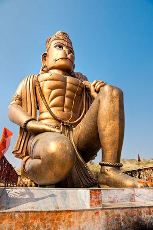 krishna: Grote bronzen Hanuman beeld in de buurt van Delhi, India.