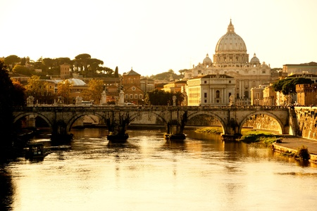 brige: San Pedro y Traian cnetro al atardecer, Roma, Italia.
