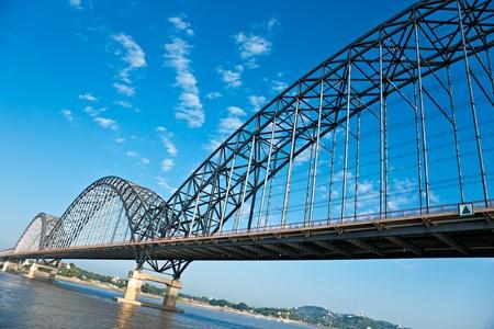 マンダレーは、ミャンマーで近代的な橋。 写真素材
