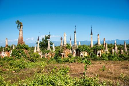 stupas: Stupa in Indein, Lago Inle, Myanmar. Archivio Fotografico