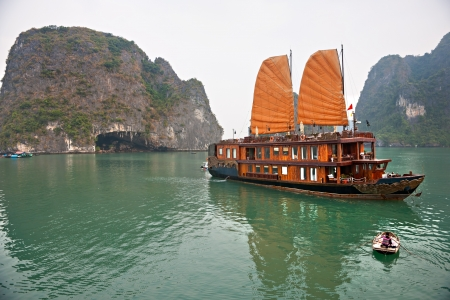 long lake: Halong Bay, Vietnam