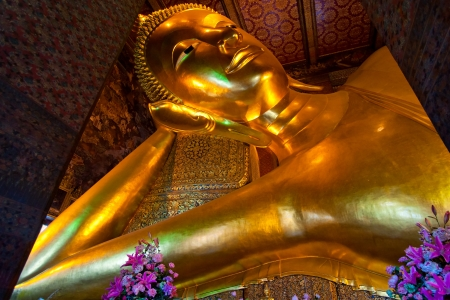 trone: Giant Buddha inside Wat Pho Temple, bangkok, Thailand