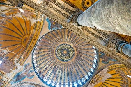 cisterna: La hermosa cúpula decorada mezquita de Santa Sofía, Estambul, Turquía