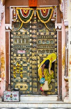 bollywood: Vrouw en deur van een tempel in Orcha, Madhya Pradesh, india.