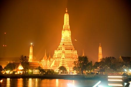 tha: Wat Arun, The Temple of Dawn, at night, view from Tha Tien   Bangkok, Thailandia
