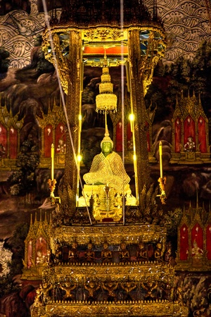 trone: Emerald  Buddha inside Wat Phra Kaeo Temple, bangkok, Thailand.