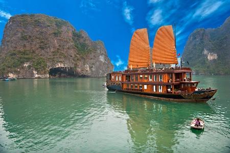 Bahía de Halong, Vietnam. La Unesco Patrimonio de la Humanidad. Lugar más popular en Vietnam. Foto de archivo - 11860827
