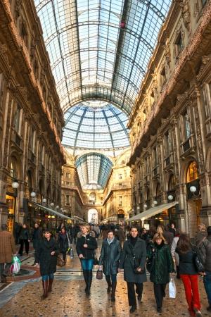 milánó: MILAN - december 11: A turisták a Piazza Duomo december 11-én, 2009-ben Milánóban, Olaszországban. 2006-tól a milánói volt a 42. leglátogatottabb város világszerte 1,9 millió éves nemzetközi látogatók.
