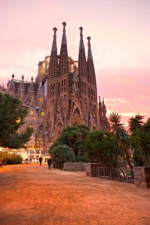 familia cristiana: BARCELONA, ESPAÑA - DICIEMBRE 14 La Sagrada Familia - la impresionante catedral diseñada por Gaudí, que se está construyendo desde el 19 de marzo de 1882 y aún no ha terminado 14 de diciembre 2009 en Barcelona, ??España
