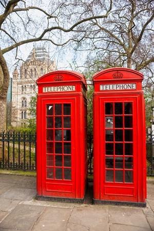 bus anglais: Deux cabine téléphonique rouge à l'extérieur du musée d'histoire naturelle. Londres, Royaume-Uni.