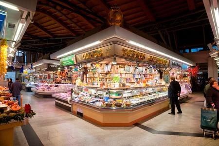 BARCELLONA, SPAGNA - 20 dicembre: turisti negozio famoso mercato di La Boqueria, il 20 dicembre 2011 a Barcellona, ??Spagna. Uno dei più antichi mercati in Europa che ancora esistono. Fondata 1217. Editoriali