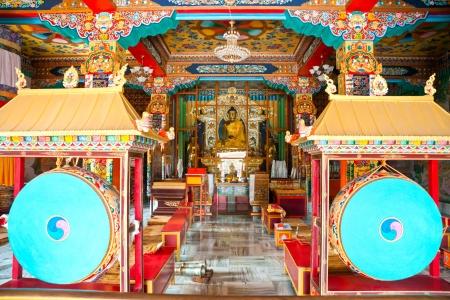 trone: Buddha inside a Nepalese Temple in Bodhgaya, Bihar, India