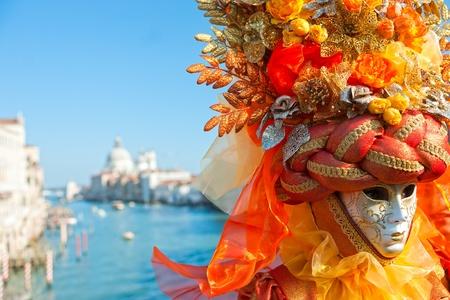 Porträt einer schönen Maske in Venedig, Italien.