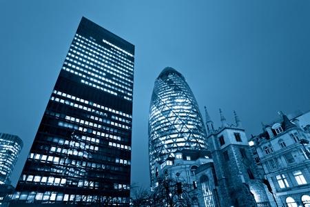 """Colpo di sera dei famosi grattacieli di Londra tra cui la """"formica Cetriolino"""" l'Aviva, Londra, Inghilterra."""