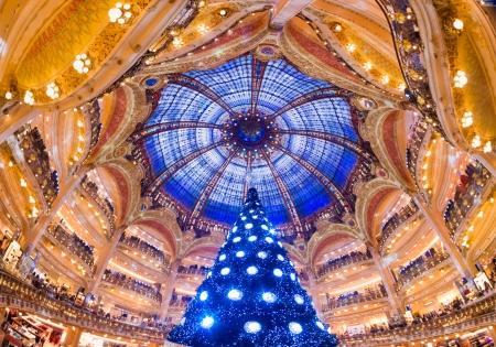 luxury goods: PARIS - 07 de diciembre: El �rbol de navidad en Galeries Lafayette en Diciembre 07, 2012, Par�s, Francia. Las Galer�as Lafayette ha sido la venta de productos de lujo desde 1895.