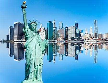Manhattan y la estatua de la libertad con la reflexión, la ciudad de Nueva York. EE.UU..