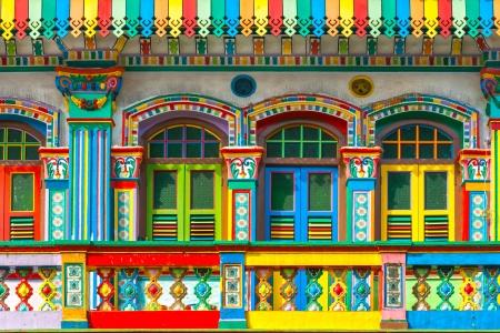 urban colors: Colorida fachada de edificio en Little India, Singapur