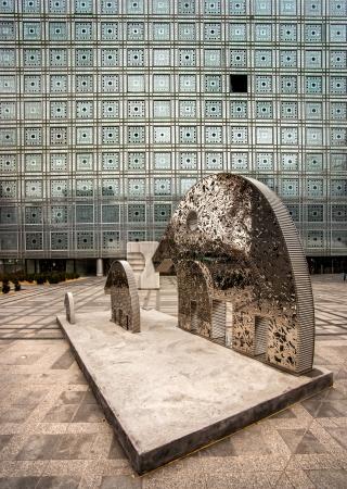 arabe: PARIS - 19 de noviembre: Vista del Institut du Monde Arabe con la estatua del elefante el 19 de noviembre de 2012 en París. El famoso edificio intercultural con gran ornamentación es de arquitecto Jean Nouvel. Foto de archivo